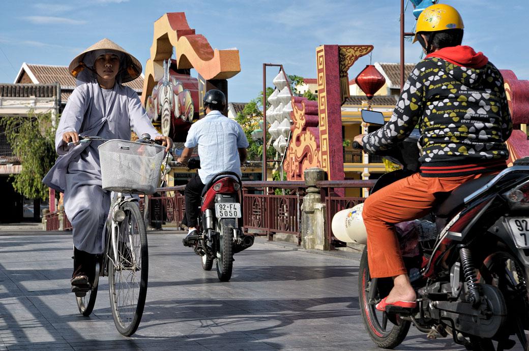 Deux-roues sur un pont de Hoi An, Vietnam