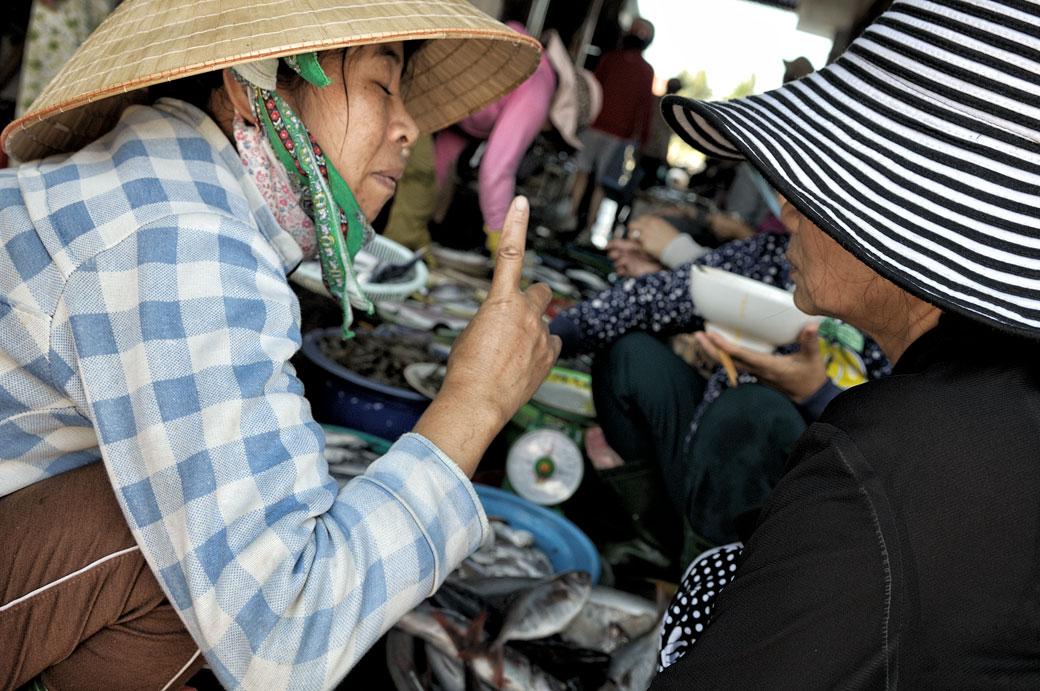 Femmes en pleine discussion au marché de Hoi An, Vietnam
