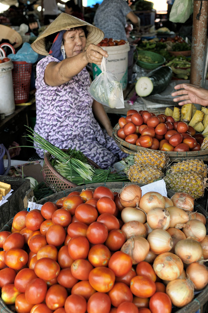 Vendeuse de légumes au marché de Hoi An, Vietnam