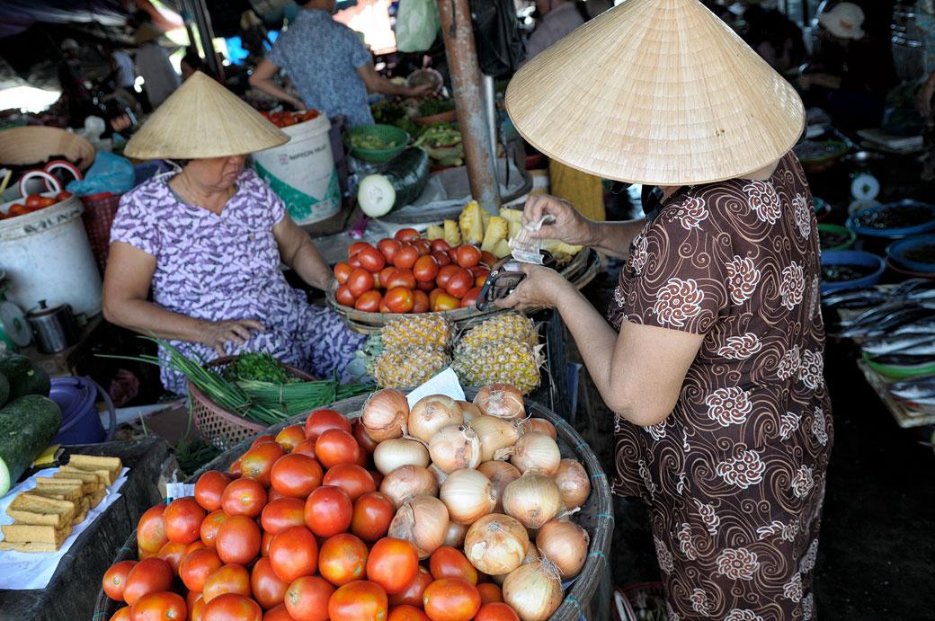 Oignons et tomates au marché de Hoi An, Vietnam