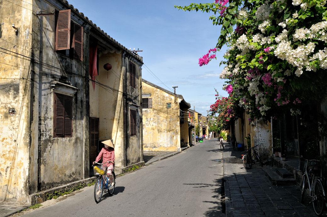Femme à vélo dans la vieille ville de Hoi An, Vietnam