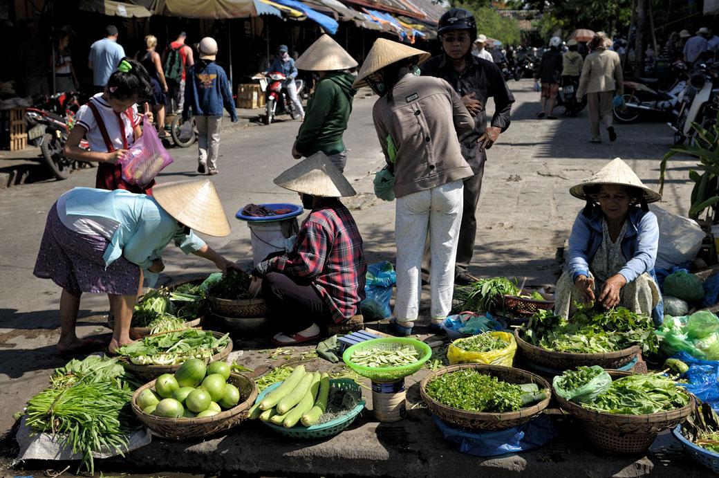 Femmes et légumes au marché de Hoi An, Vietnam