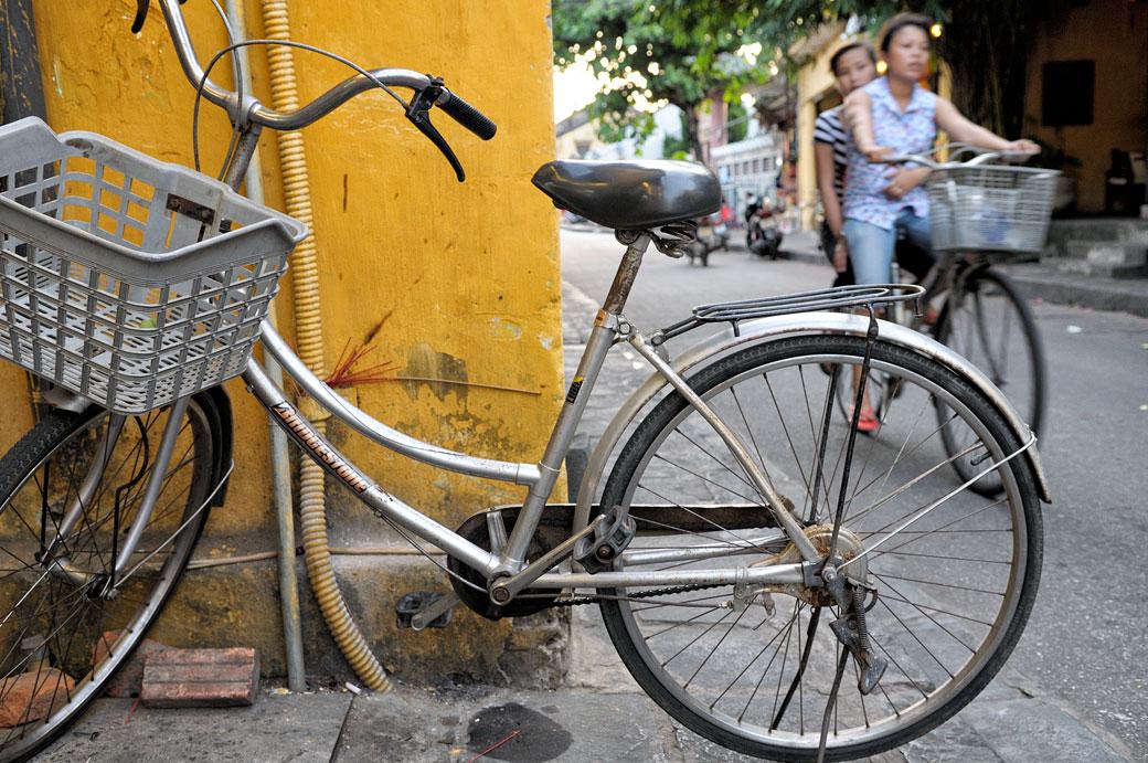 Vélos dans la rue à Hoi An, Vietnam