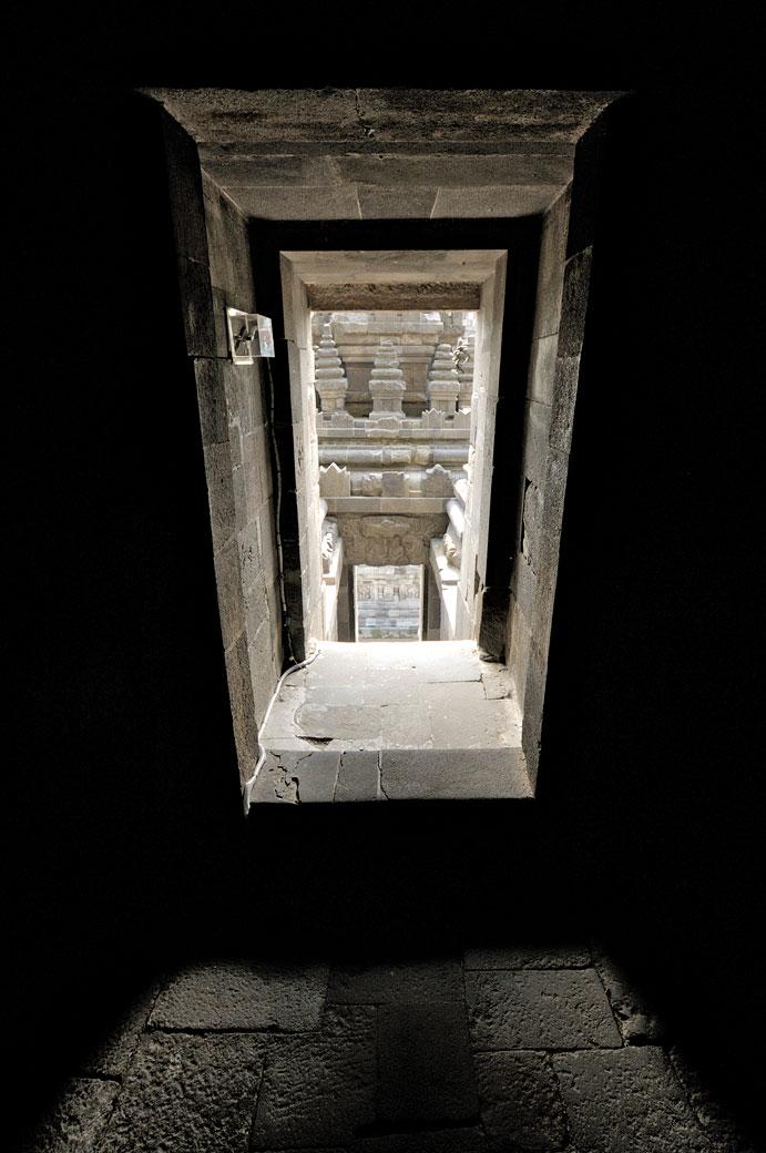 À l'intérieur d'un temple de Prambanan sur l'île de Java, Indonésie