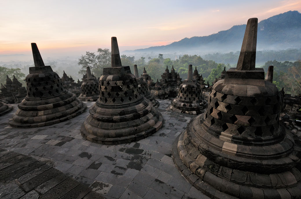 Stupas de Borobudur au lever du jour sur l'île de Java, Indonésie