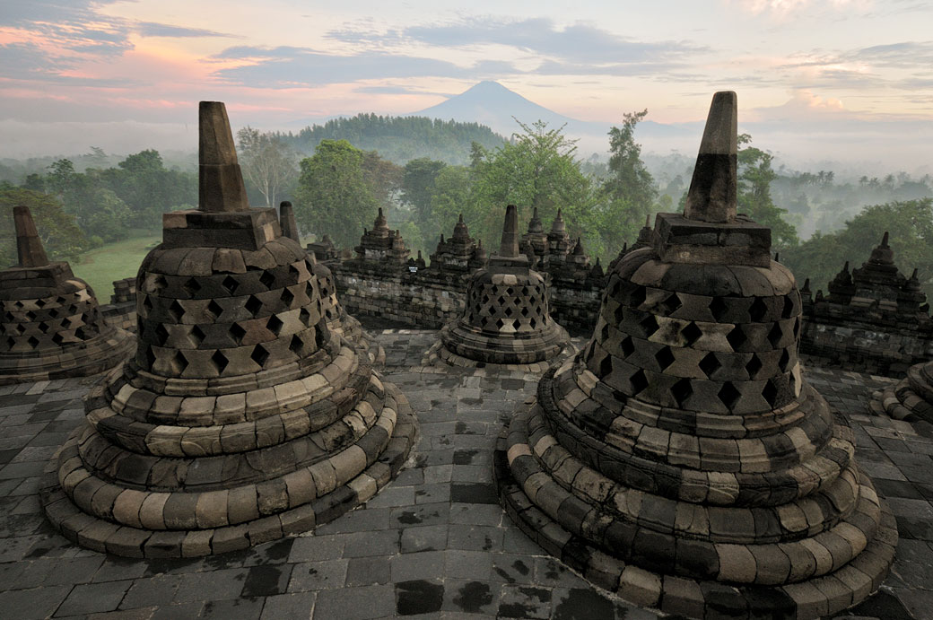 Stupas du temple de Borobudur et le volcan Sumbing, Indonésie