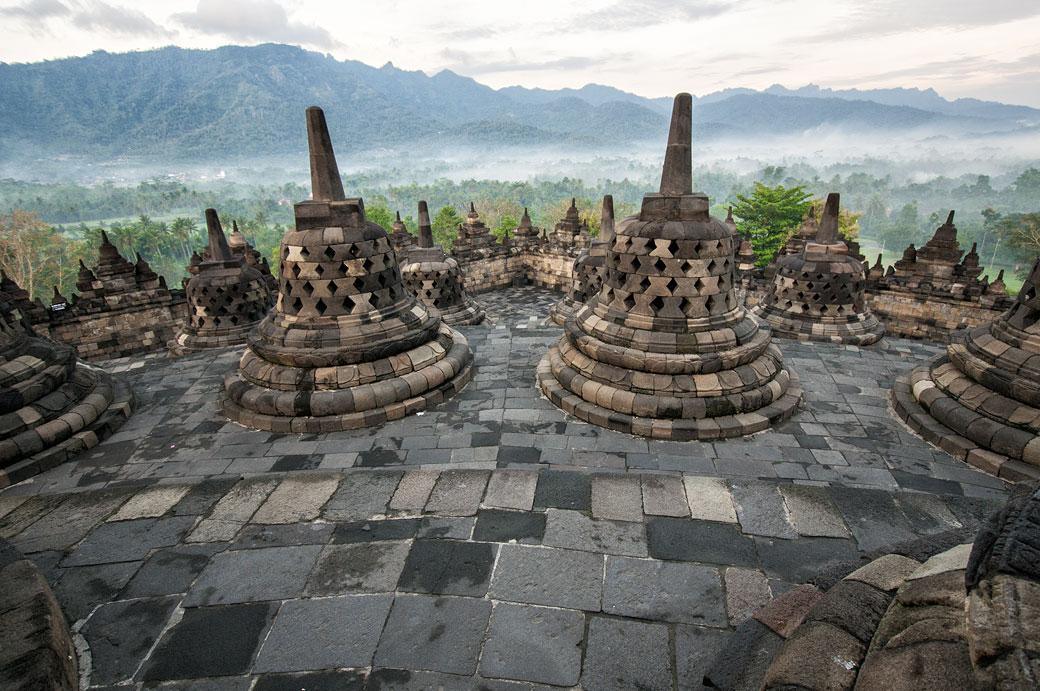 Stupas du Temple de Borobudur au-dessus de la jungle, Indonésie