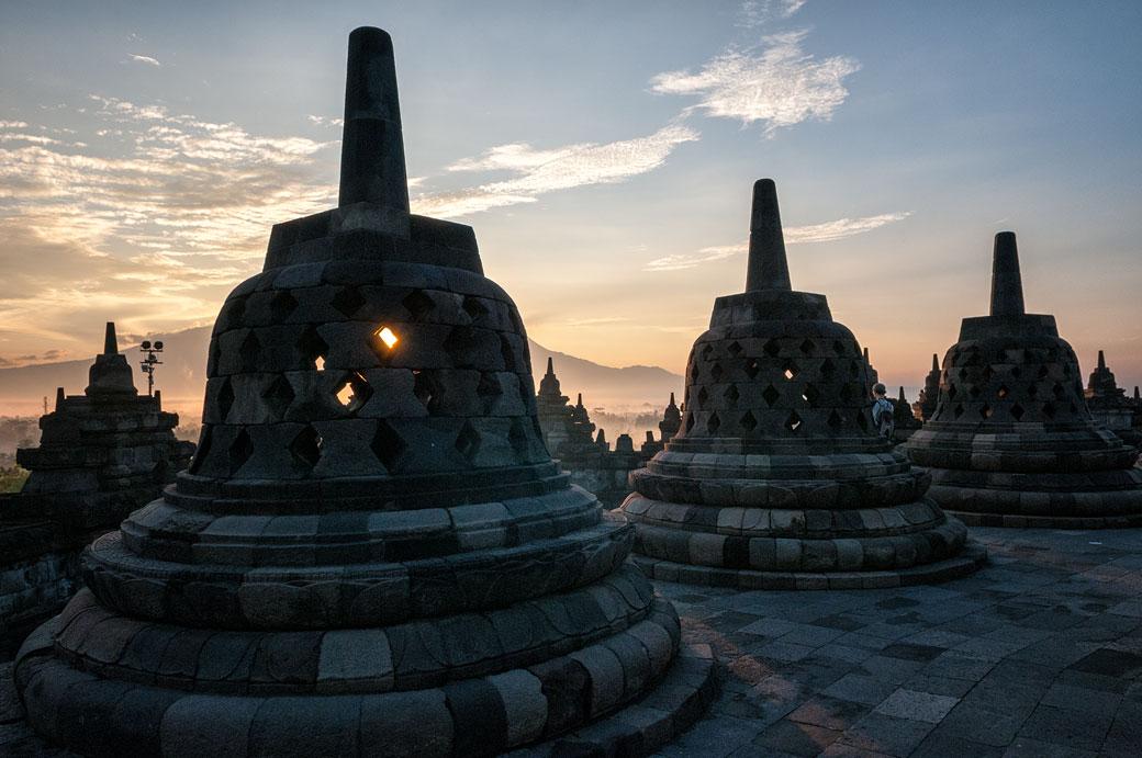 Lever de soleil sur les stupas de Borobudur, Indonésie