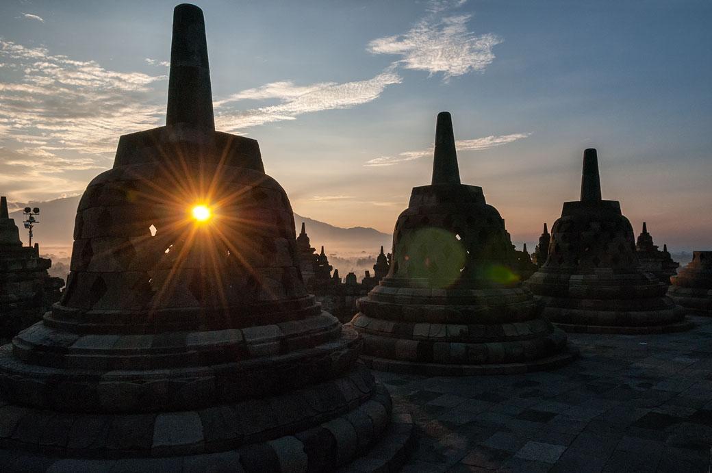 Lever de soleil à travers les stupas de Borobudur, Indonésie