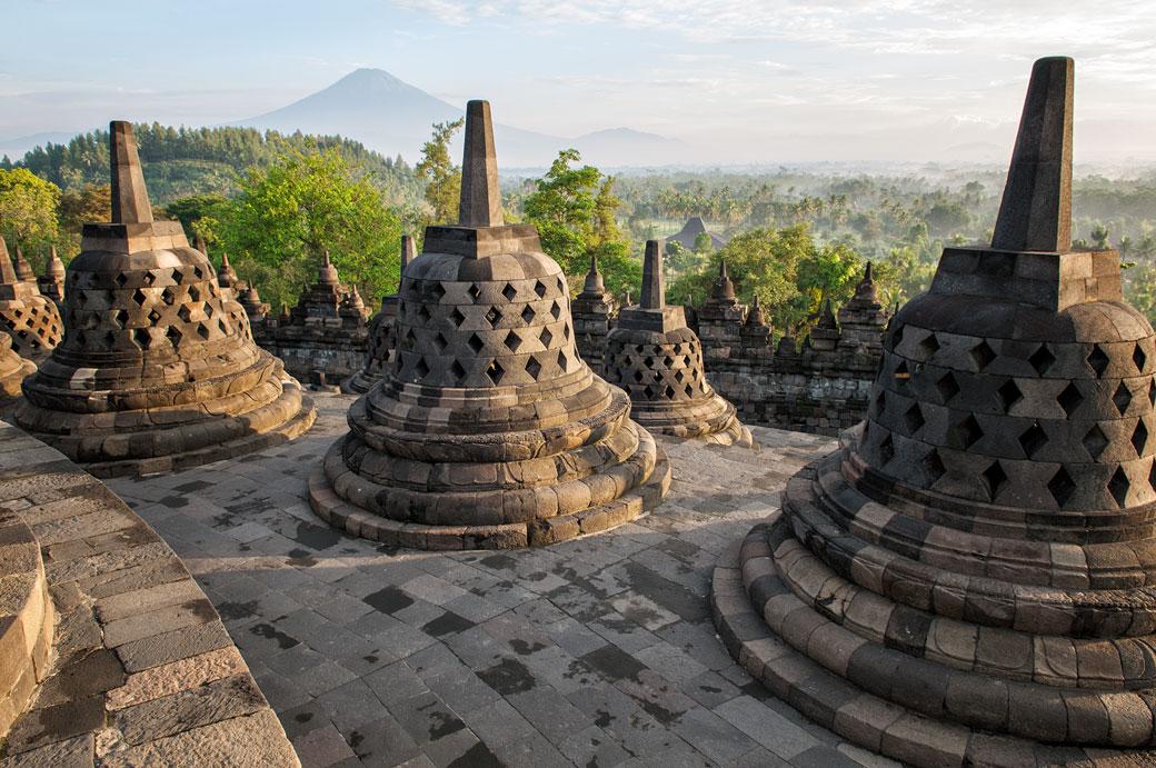 Temple bouddhiste de Borobudur devant le Mont Sumbing, Indonésie