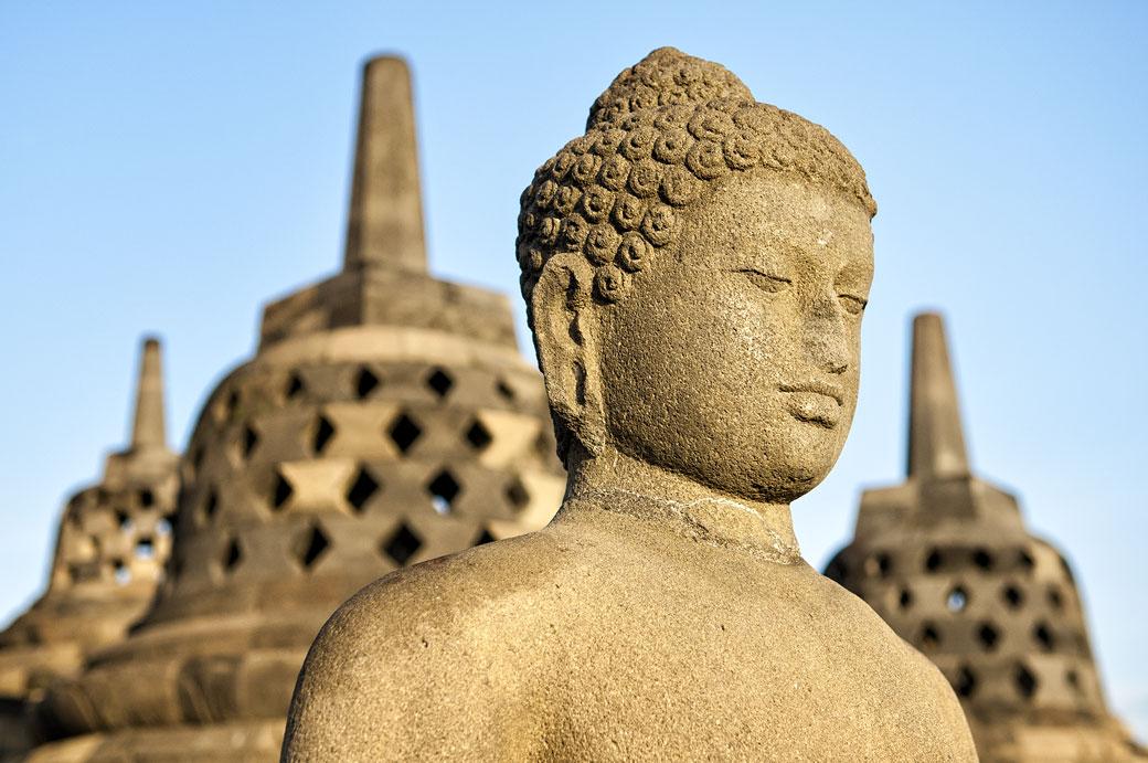 Gros plan sur une statue de bouddha à Borobudur, Indonésie