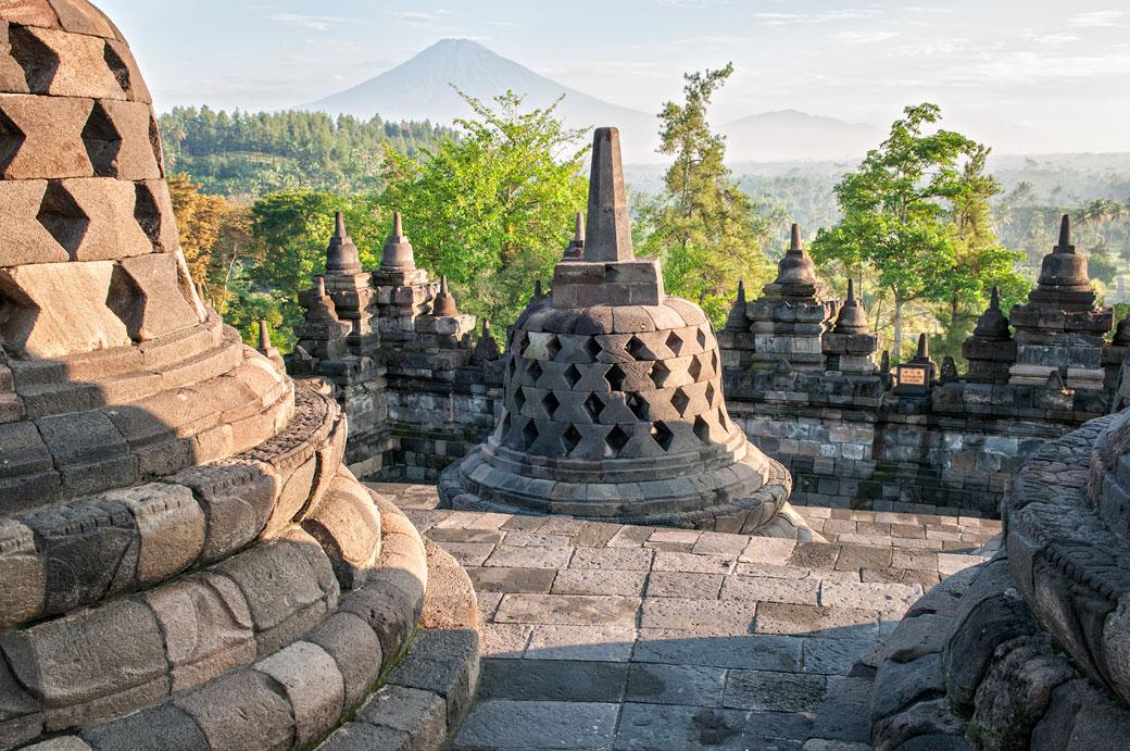 Stupas de Borobudur devant le volcan Sumbing, Indonésie