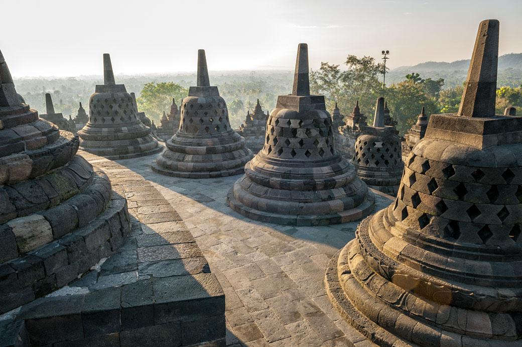 Lumière sur les stupas du Temple de Borobudur, Indonésie