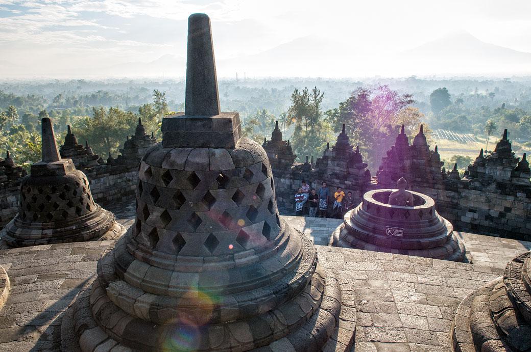 Soleil sur les stupas du Temple de Borobudur, Indonésie
