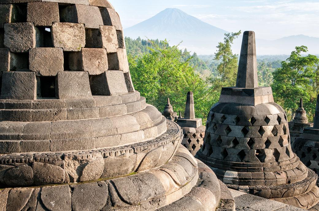 Temple bouddhiste de Borobudur et le volcan Sumbing, Indonésie