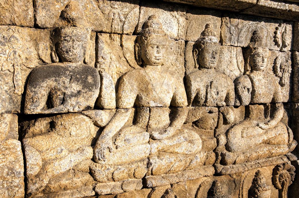 Bouddhas en bas-relief au Temple de Borobudur, Indonésie