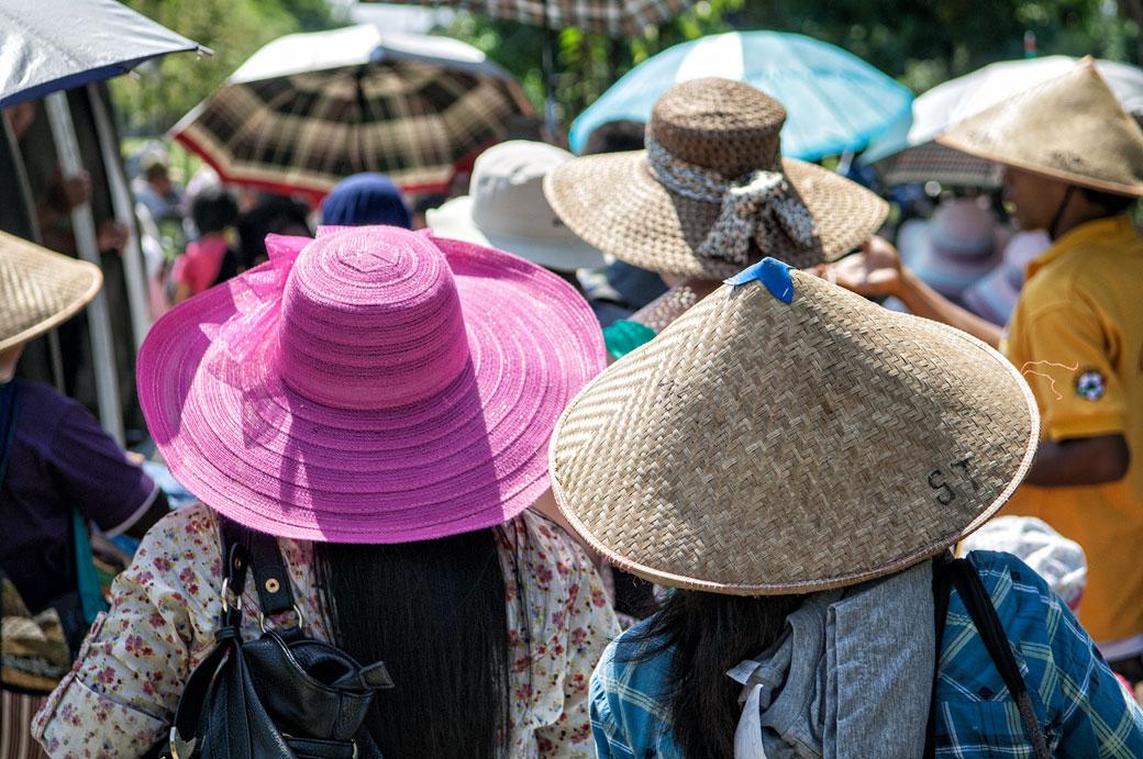 Visiteurs et chapeaux au Temple de Borobudur, Indonésie