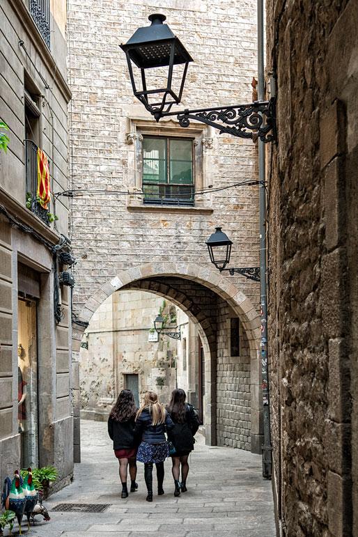Trois jeunes femmes dans le quartier gothique de Barcelone, Espagne