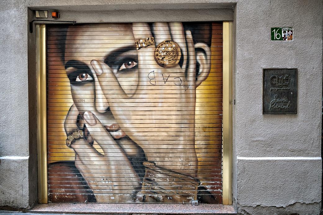 Portrait de femme sur un store de sécurité à Barcelone