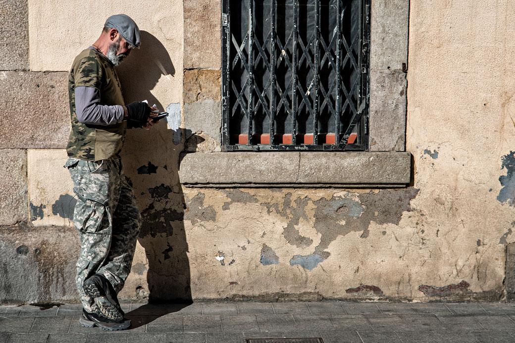 Homme appuyé contre une vieille façade à la Barceloneta