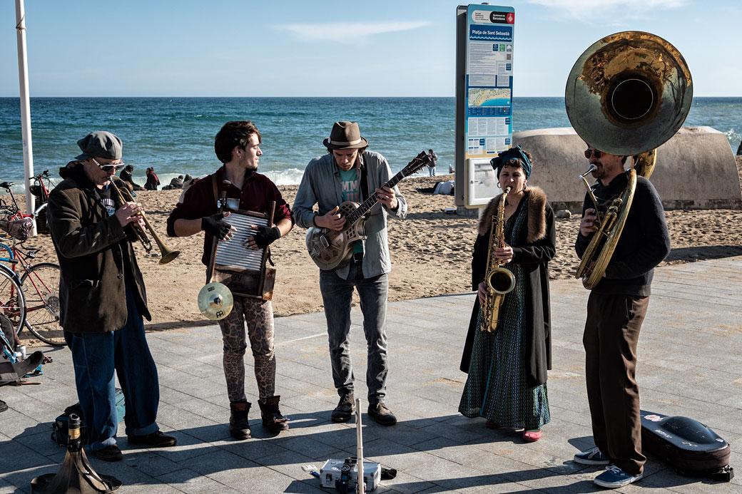 Musiciens au bord de la plage de la Barceloneta