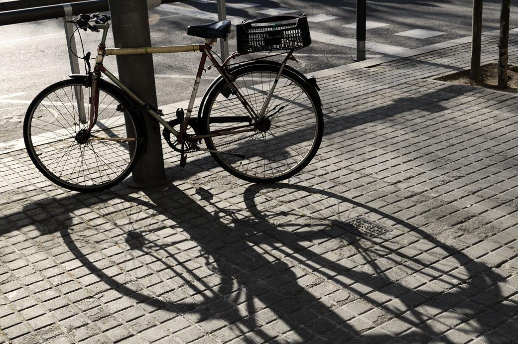 Vélo et son ombre à Barcelone