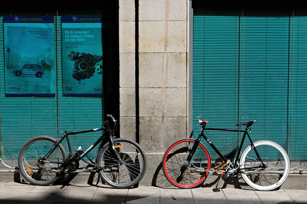 Deux vélos et une façade à Barcelone