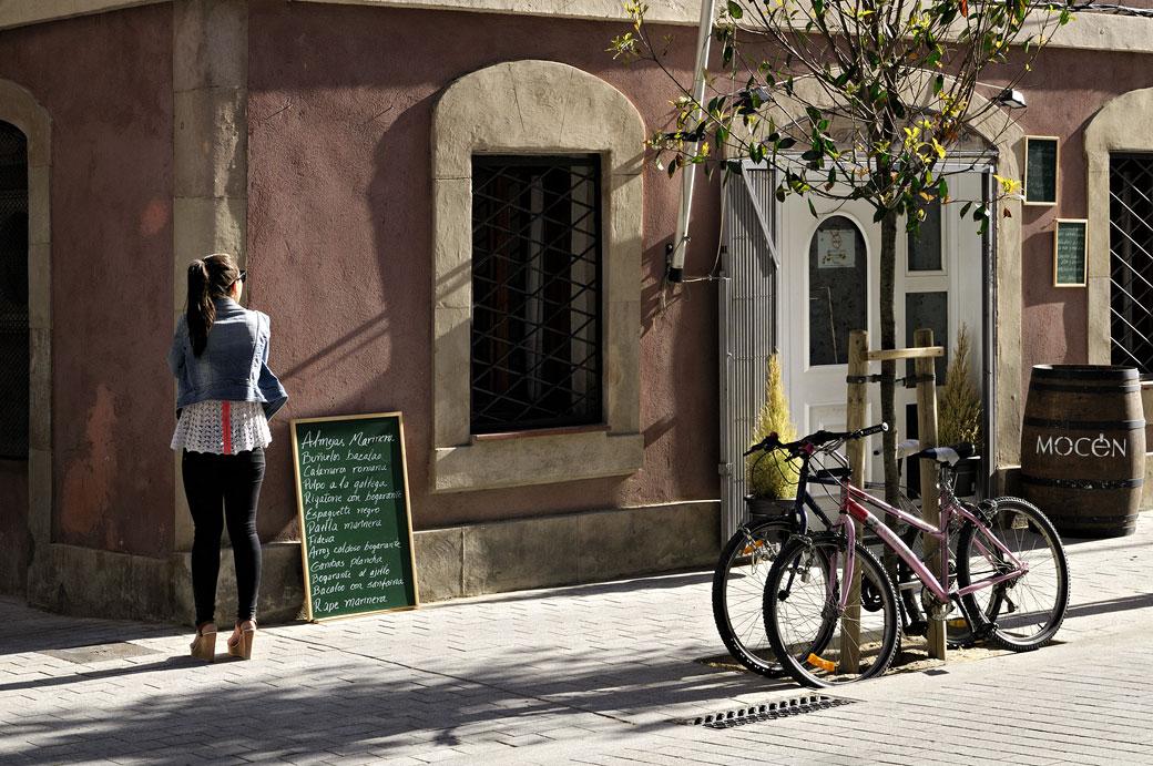 Jeune femme dans le quartier de la Barceloneta