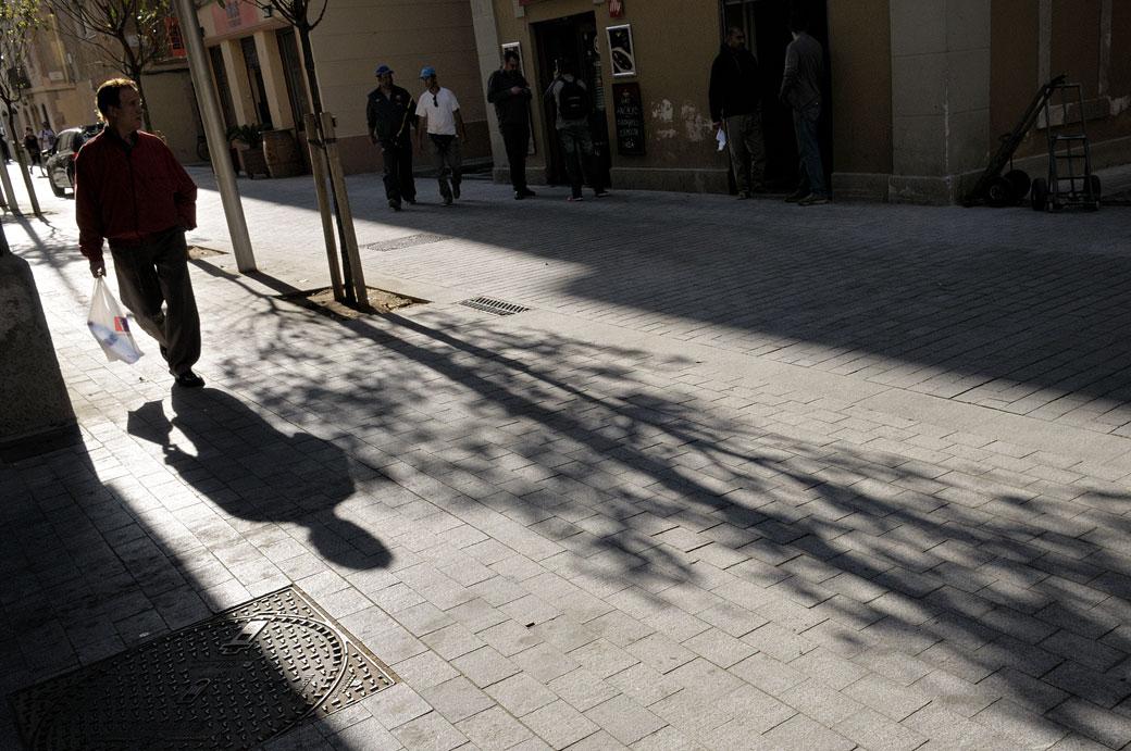 Homme et son ombre dans le quartier de Barceloneta