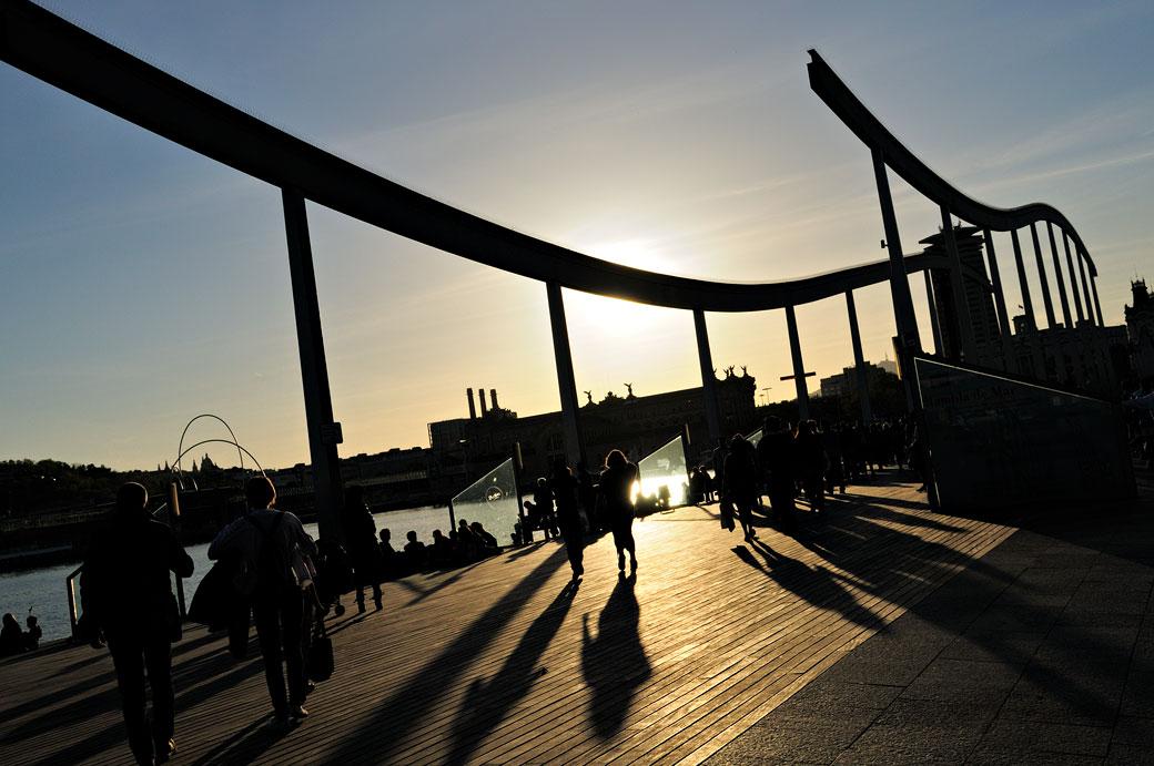 Coucher de soleil à la Rambla de Mar à Barcelone, Espagne