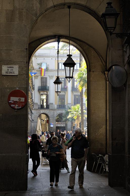 Arche qui donne sur la Plaça Reial à Barcelone, Espagne