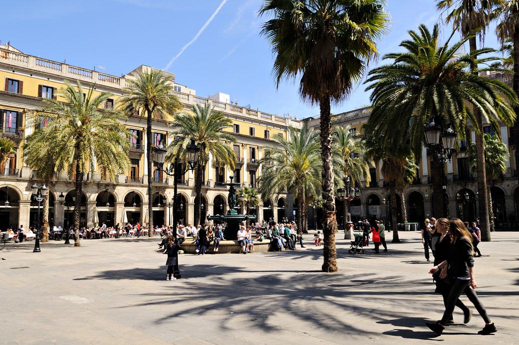La Plaça Reial et ses palmiers à Barcelone, Espagne