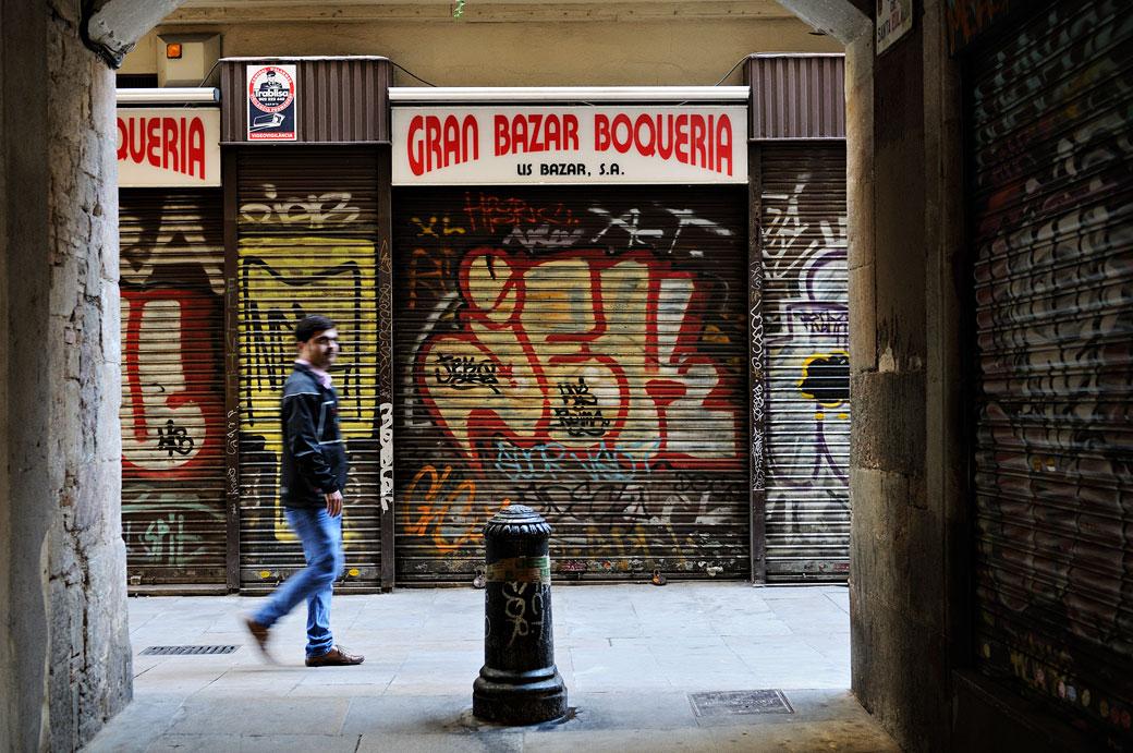 Passant devant le Gran Bazar Boqueria fermé à Barcelone