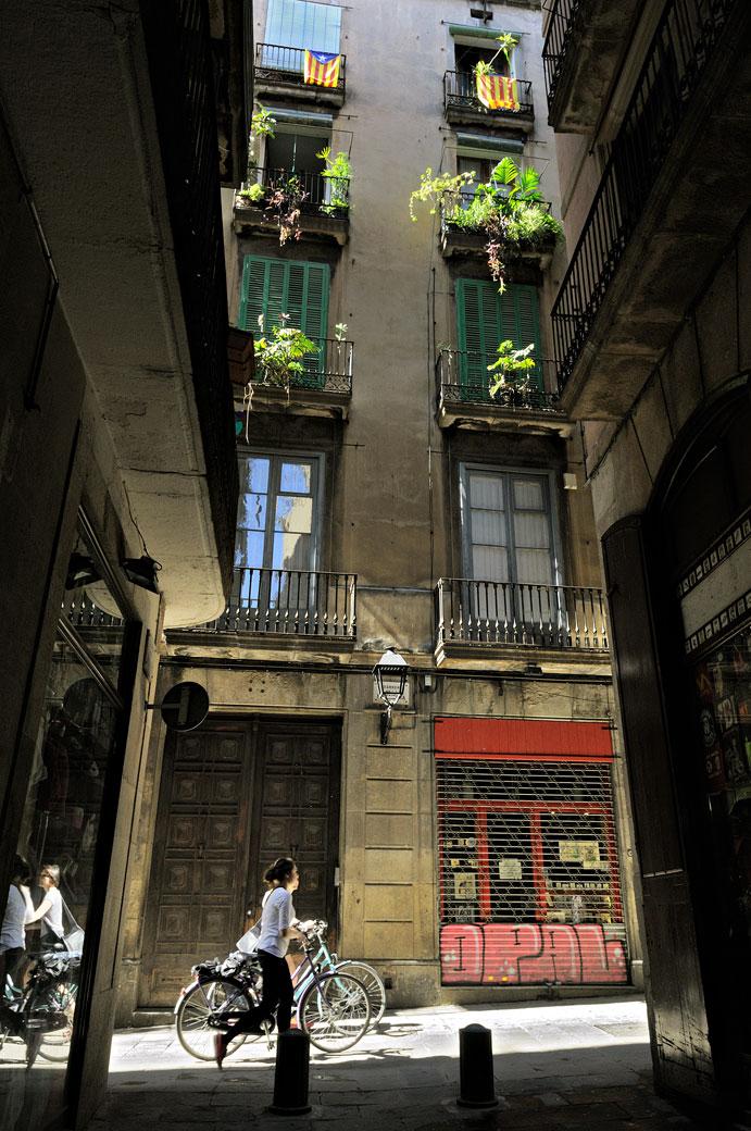 Femmes à vélo dans la vieille ville de Barcelone
