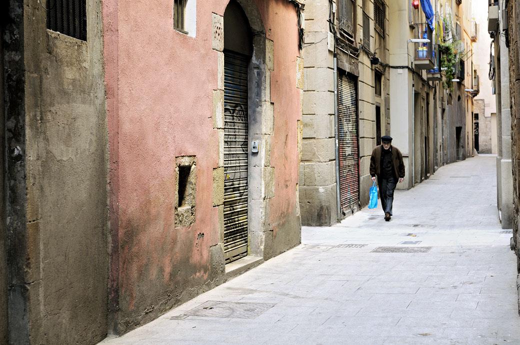 Vieil homme dans la vieille ville de Barcelone