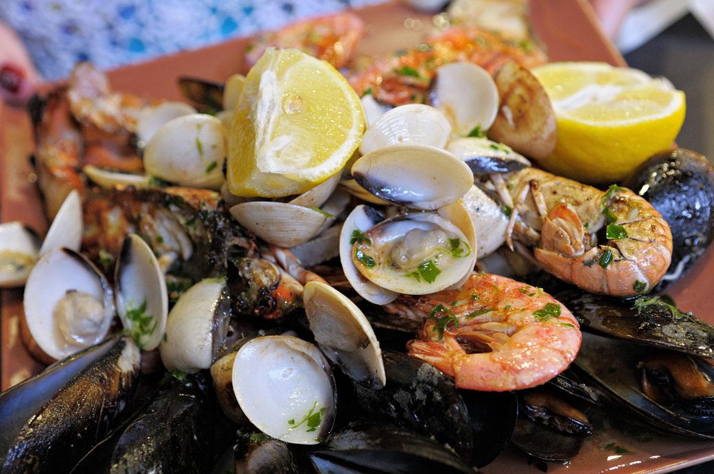 Repas de fruits de mer au marché de la Boqueria à Barcelone