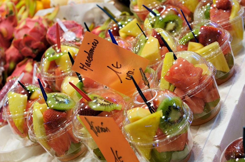 Macédoine de fruits au marché de la Boqueria à Barcelone