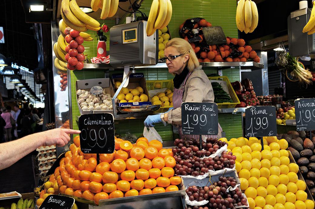 Étals de fruits au marché de la Boqueria à Barcelone
