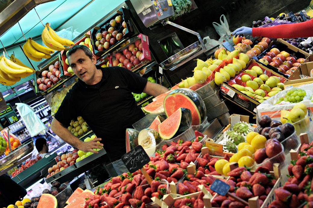 Une main étrange et des fruits au marché de la Boqueria de Barcelone