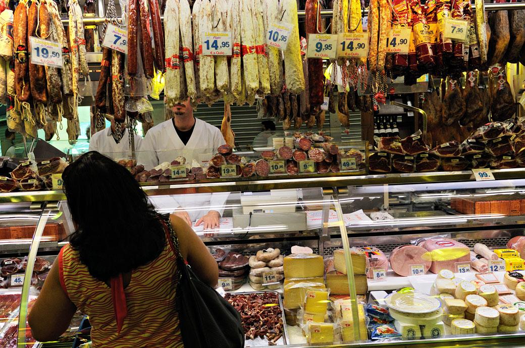 Charcuterie au marché de la Boqueria à Barcelone