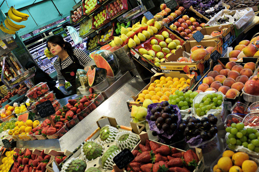 Fruits variés au marché de la Boqueria à Barcelone