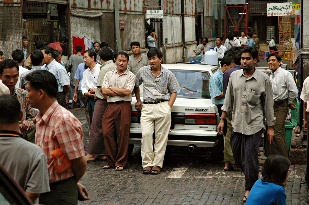 Groupe d'hommes près du marché Bogyoke Aung San, Birmanie