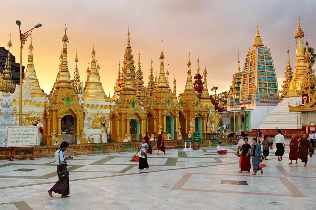 La pagode Shwedagon au coucher du soleil à Yangon, Birmanie