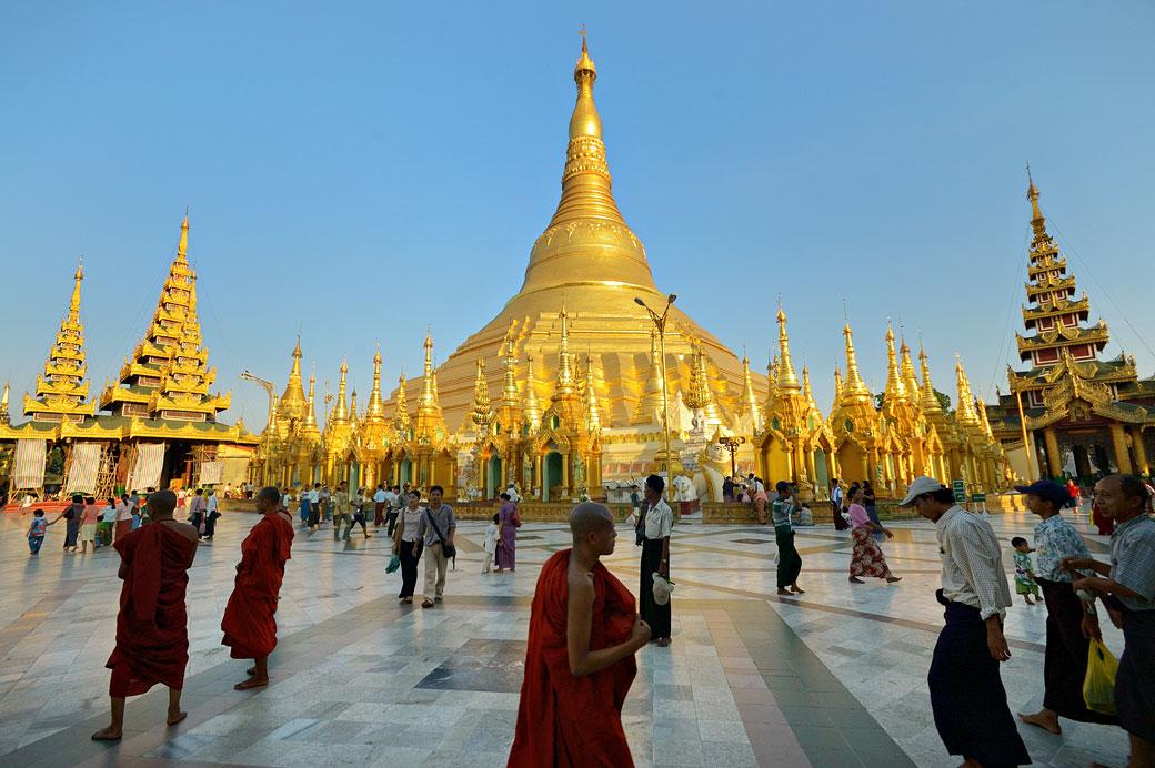 Moines à la pagode Shwedagon de Yangon, Birmanie