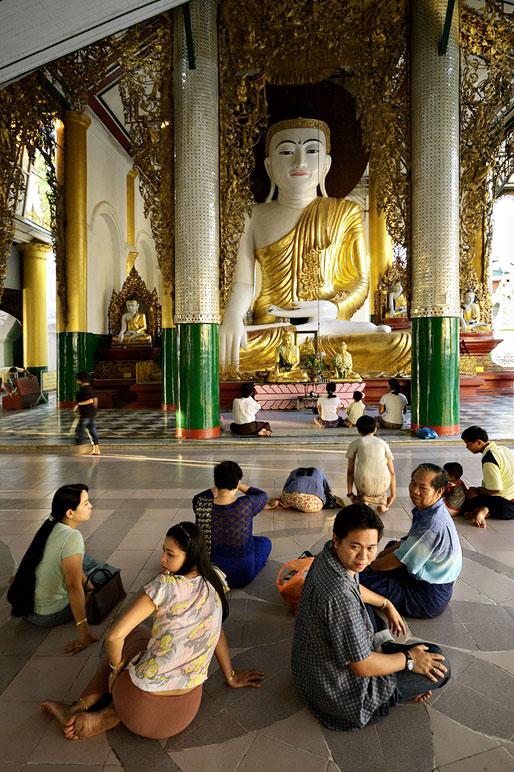Grande statue de bouddha à la pagode Shwedagon, Birmanie
