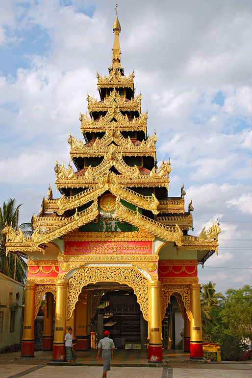 Une des entrée de la pagode Shwemawdaw à Bago, Birmanie