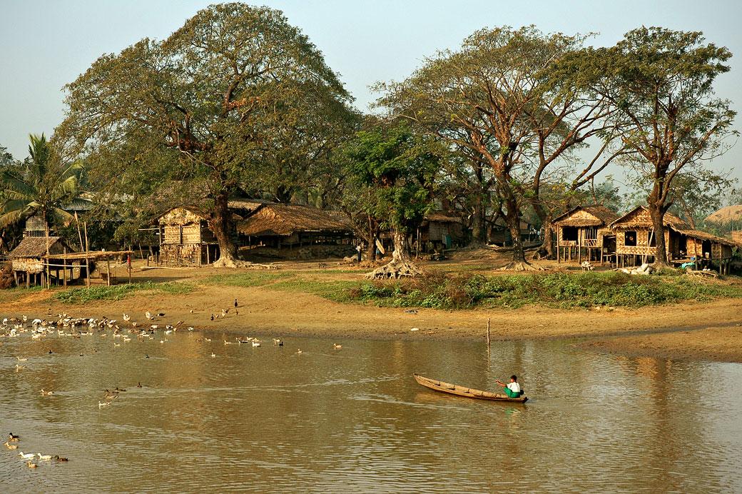 Village et rivière dans la campagne, Birmanie