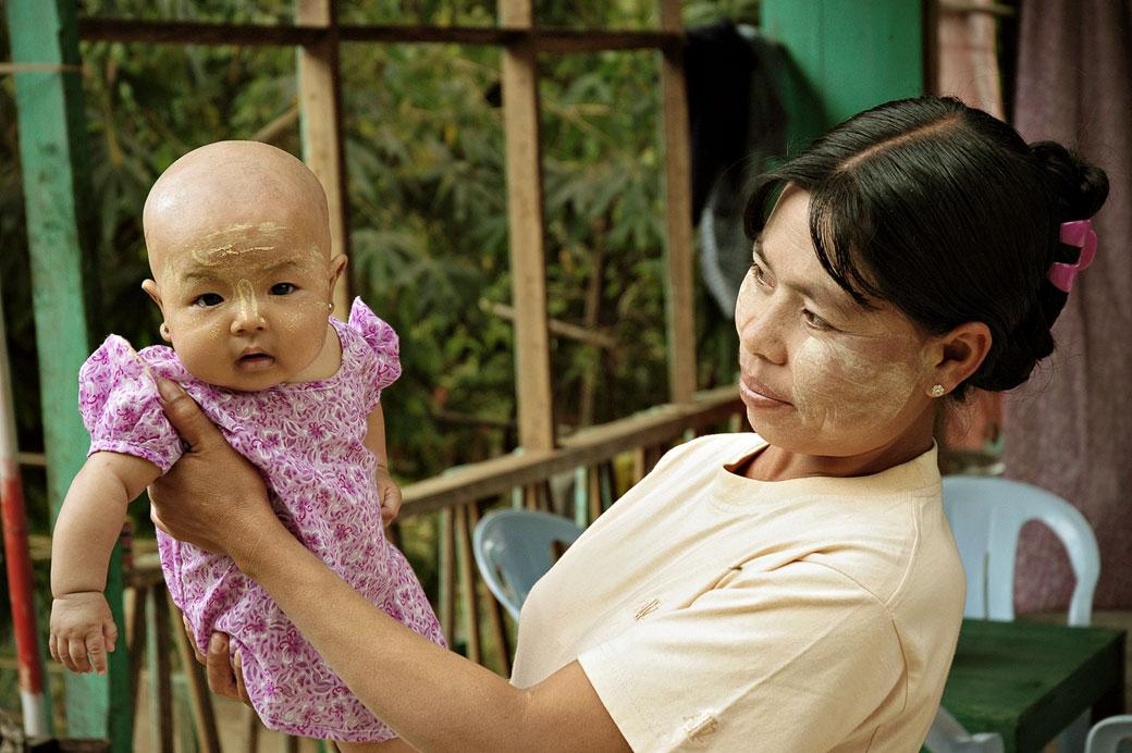 Maman et son bébé avec du thanaka, Birmanie