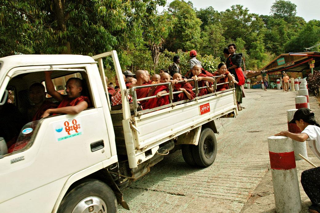 Moines dans un camion sur la route du Rocher d'Or, Birmanie