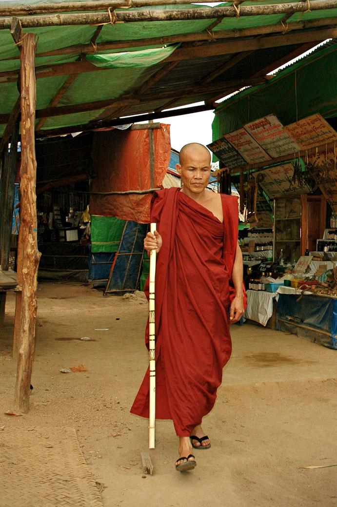 Moine qui redescend du Rocher d'Or, Birmanie